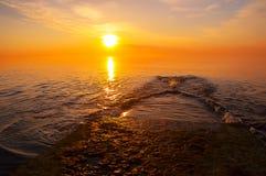 Sonnenaufgang, Sonnenuntergang über dem Meer und der Pier Lizenzfreie Stockfotografie