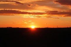 Sonnenaufgang/Sonnenuntergang mit Schattenbild der Stadt Lizenzfreie Stockfotos