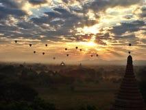 Sonnenaufgang steigt Bagan im Ballon auf lizenzfreies stockbild