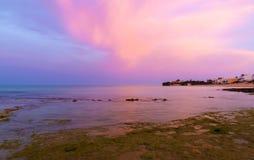 Sonnenaufgang an Strand Punta Secca - Montalbano-Schmierfilmbildungs-Standort Stockfotografie