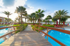 Sonnenaufgang am tropischen Swimmingpool Lizenzfreie Stockfotos