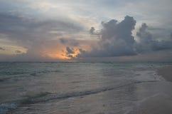 Sonnenaufgang, tropischer Strand, Dominikanische Republik Lizenzfreies Stockfoto