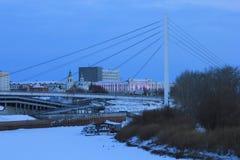 SONNENAUFGANG Tura Embankment und die Brücke von Liebhabern Tyumen Russe Sibirien stockfotografie