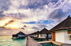 Sonnenaufgang typischen Luxus-overwater Landhauses Stockbilder