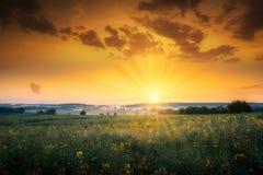 Sonnenaufgang und Ackerland lizenzfreies stockfoto