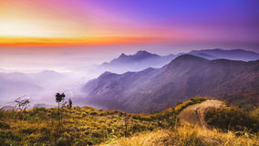 Sonnenaufgang und Gebirgsnebelmeer an Phu-Chifa in Chiangrai Stockfoto