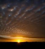Sonnenaufgang und Himmel mit Schäfchenwolken stockfoto