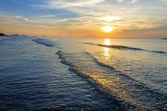 Sonnenaufgang und kleine Welle Lizenzfreies Stockbild