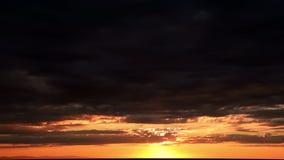 Sonnenaufgang und Meereswellen über Sand-Strand stock video footage