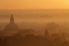 Sonnenaufgang und Nebel auf Pagoden von Bagan Stockbild