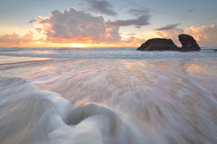 Sonnenaufgang und Ozean fließt an Watonga-Felsen Lizenzfreies Stockfoto