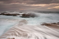 Sonnenaufgang- und Ozeanüberlauf Lizenzfreie Stockfotos