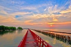 Sonnenaufgang und schöner Himmelhintergrund an der hölzernen roten Brücke über t stockfotografie