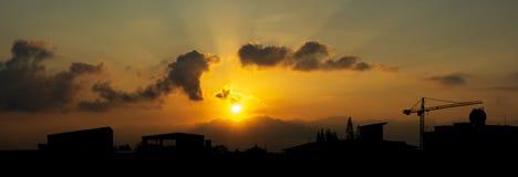 Sonnenaufgang und Schattenbildstadt scape Hintergrund Lizenzfreie Stockfotografie