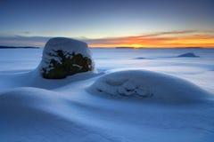 Sonnenaufgang und schneebedeckter Strand lizenzfreie stockfotos
