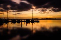 Sonnenaufgang und Segelboote lizenzfreies stockbild