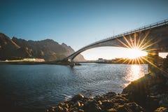Sonnenaufgang und Sonnenuntergang bei Henningsvaer, Fischerdorf gelegen auf einigen kleinen Inseln im Lofoten-Archipel, Norwegen lizenzfreie stockfotografie