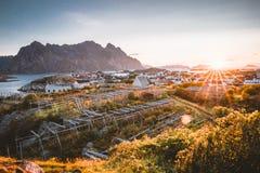 Sonnenaufgang und Sonnenuntergang bei Henningsvaer, Fischerdorf gelegen auf einigen kleinen Inseln im Lofoten-Archipel, Norwegen stockfotografie