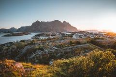 Sonnenaufgang und Sonnenuntergang bei Henningsvaer, Fischerdorf gelegen auf einigen kleinen Inseln im Lofoten-Archipel, Norwegen lizenzfreie stockfotos