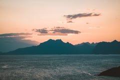 Sonnenaufgang und Sonnenuntergang bei Henningsvaer, Fischerdorf gelegen auf einigen kleinen Inseln im Lofoten-Archipel, Norwegen stockfoto