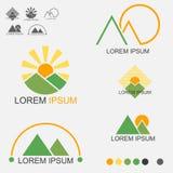 Sonnenaufgang und Sonnenuntergang hinter beiden Bergen Logo Set Lizenzfreies Stockfoto