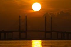 Sonnenaufgang und Sonnenuntergang in Penang-Brücke George Town, Penang Malaysia Stockbilder