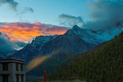 Sonnenaufgang und Spitze Lizenzfreie Stockfotografie