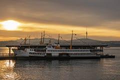Sonnenaufgang- und Stadtlinien setzen am karakoy Pier für Personenbeförderung in Istanbul über stockbild