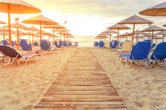 Sonnenaufgang und Strand sunbed Grafen morgens mit brennender Sonne Stockbild