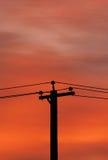Sonnenaufgang und Stromleitungen Stockbild