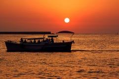 Sonnenaufgang und Yacht Stockbild