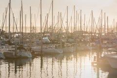 Sonnenaufgang und Yachten im Pier Lizenzfreies Stockbild