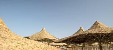 Sonnenaufgang unter ägyptischen Sonnenschirmen Lizenzfreie Stockbilder