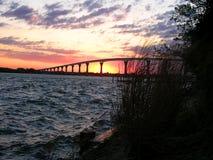 Sonnenaufgang unter Brücke lizenzfreie stockfotos