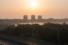 Sonnenaufgang unter der Stadt Stockfoto
