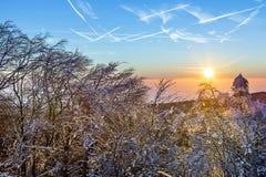 Sonnenaufgang unter der Winterruheberglandschaft mit schönem Stockfotos