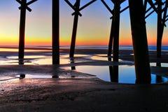 Sonnenaufgang unter Unsinnigkeits-Strand-Pier lizenzfreie stockfotos