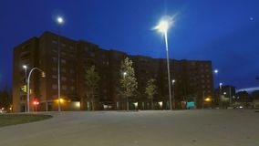 Sonnenaufgang-Verkehr in Front Of Big Building stock video