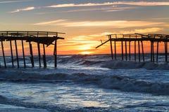 Sonnenaufgang verlassen, Pier fischend stockfotos