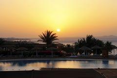 Sonnenaufgang vom Roten Meer und von der tropischen Landschaft Lizenzfreie Stockbilder