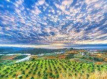 Sonnenaufgang von den oben genannten Blicken unten auf einem ruhigen ländlichen Dorf Stockfotos
