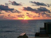Sonnenaufgang von der Brücke des Containerschiffs Lizenzfreie Stockbilder