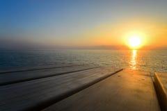 Sonnenaufgang von der Holzfußbodenansicht Stockbilder
