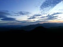 Sonnenaufgang von der Spitze eines Berges Lizenzfreies Stockfoto