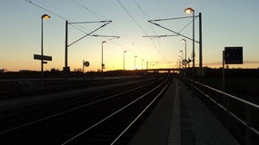 Sonnenaufgang von einem Bahnhof in Deutschland lizenzfreie stockfotos