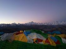 Sonnenaufgang von Everest und von Flagge stockfotos