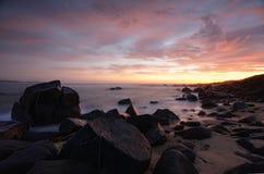 Sonnenaufgang von Kellys-Strand Stockfotos