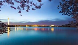 Sonnenaufgang während des Kirschblütenfestivals mit Washington Monument und Jeffersions-Denkmal auf orther Seite des Gezeiten- Be lizenzfreies stockbild