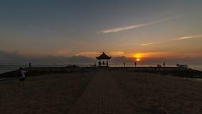 Sonnenaufgang-Zeitspanne am Strand in Indonesien stock video