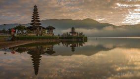Sonnenaufgang-Zeitspanne von Pura Ulun Danu Bratan oder Pura Bratan, Bali, Indonesien und seine Reflexion stock video